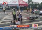 六旬老人被撞躺在雨地 交警撑伞守护