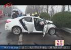两车相撞司机被困 消防队员紧急救援
