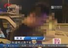 """9月26日,在淮安市清江浦區新民東路,一名拄著拐杖、頭發花白的老人摔倒在路邊,幸好一名""""廣場舞大媽""""主動幫忙,老人這才轉危為安。"""