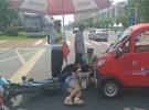 烈日下温情一幕,辅警谢建民为交通事故伤者撑伞十几分钟