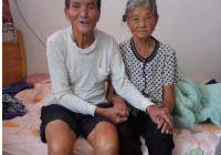 【暖新闻】白发作证,八旬老人与瘫痪妻子的真情故事