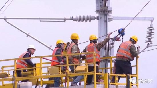 【新時代 新作為 新篇章】又進一步!連淮揚鎮鐵路首條接觸網導線架設成功!