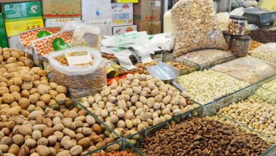 春节临近市民备年货 炒货干果日销十几吨