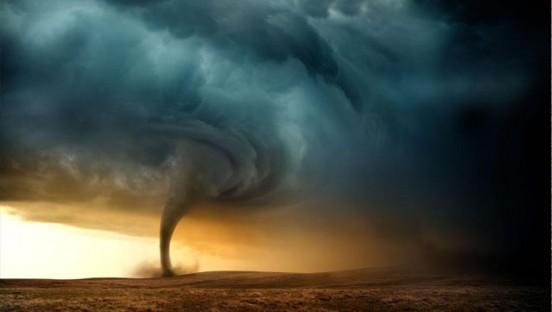 龙卷风摧毁大棚基地 驻淮部队紧急施援手