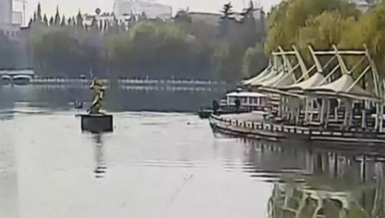 楚秀园一女子落水  65岁老人跳湖救人